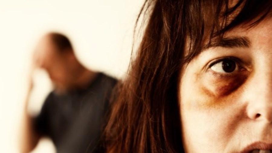 Agente da Polícia dos EUA agride mulher em discussão sobre divórcio