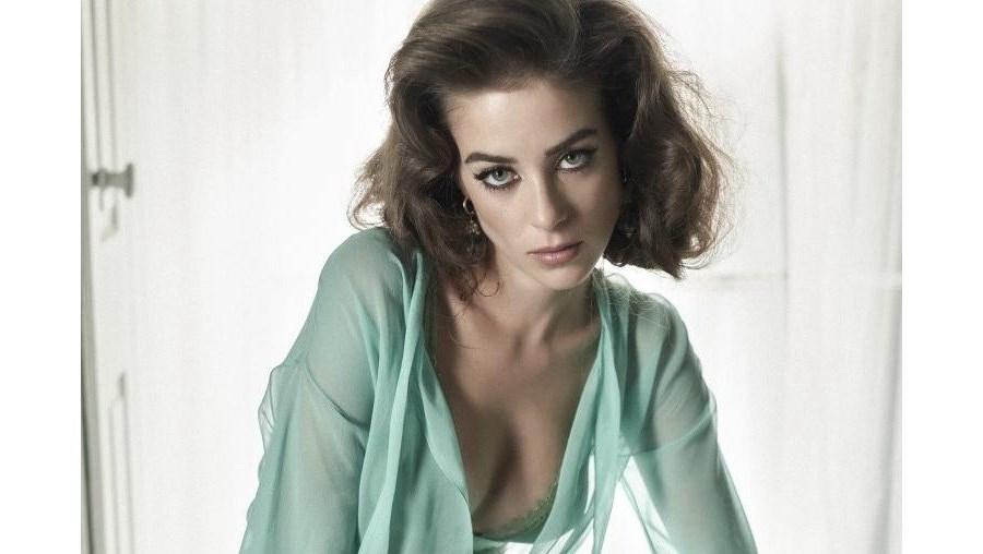 Victoria Guerra, sexy, ousada, atriz, sapatos, produção, venda
