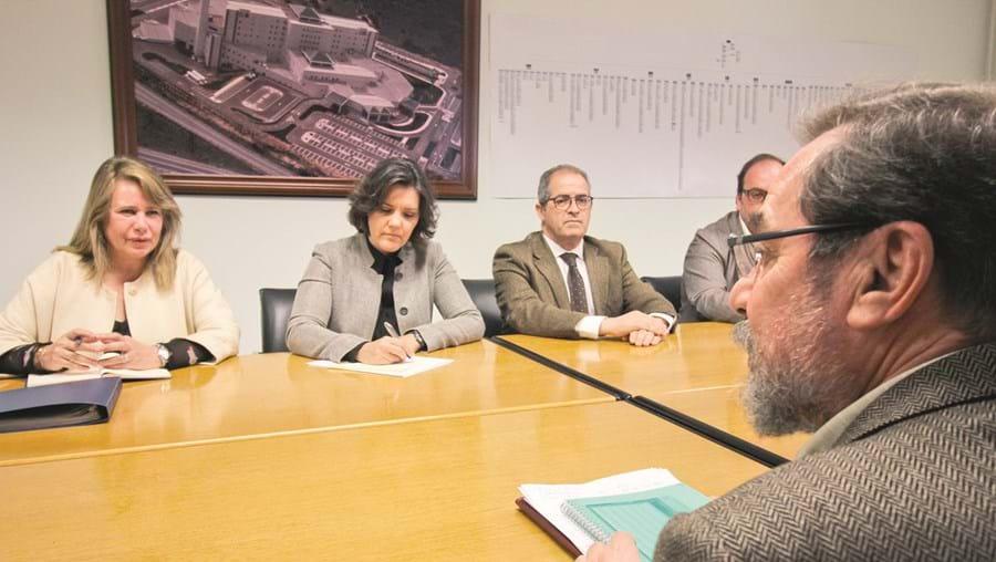 Teresa Caeiro, Assunção Cristas e o líder do CDS-Algarve, José Pedro Caçorino, com Joaquim Ramalho (de costas)