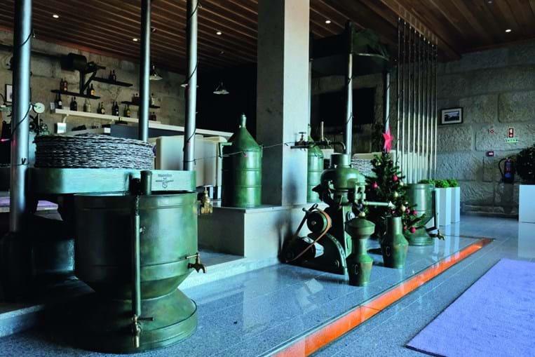 A maquinaria e o espaço onde outrora se transformava a azeitona em azeite pode também ser apreciada pelos clientes da unidade hoteleira