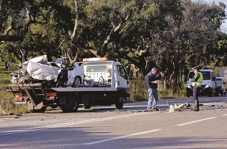 Carro da vítima mortal ficou completamente desfeito face à violência do acidente, na EN5, que fez ainda um ferido