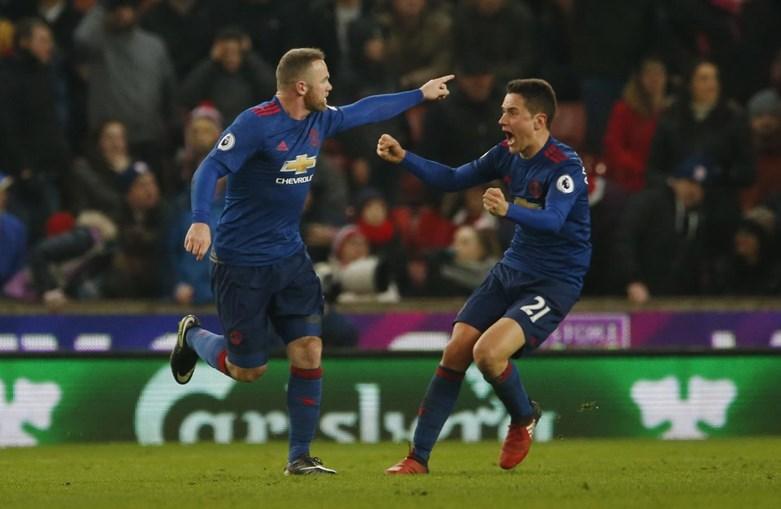 Rooney celebra a marca alcançada no jogo frente ao Stoke City