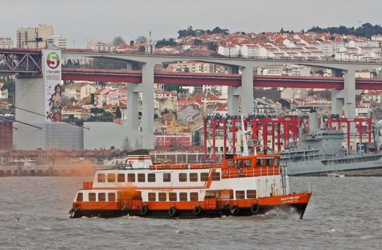 Barco da Transtejo que faz a travessia do rio Tejo