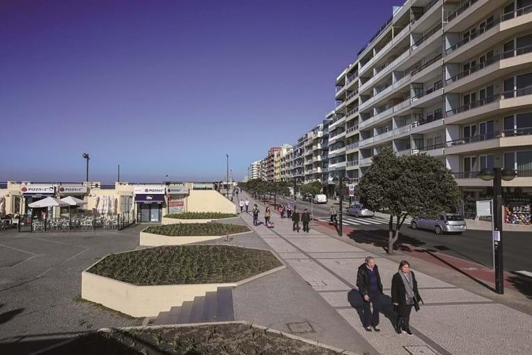 Avenida dos banhos dá acesso às praias