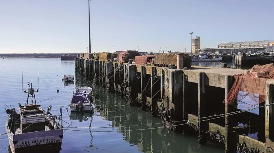 Ao porto de pesca chegam muitos barcos