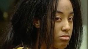 Mulher viola filho de quatro anos e transmite em direto
