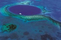 'Buraco azul' foi dado a conhecer por Cousteau e é visível do espaço