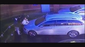 Trio fazia sexo em cima de capô de carro em parque de estacionamento