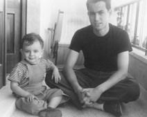 O artista com o filho, em 1955