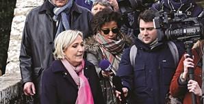 """Marine Le Pen diz que denúncias não passam de uma """"manobra política"""" para sabotar a sua candidatura à Presidência francesa"""