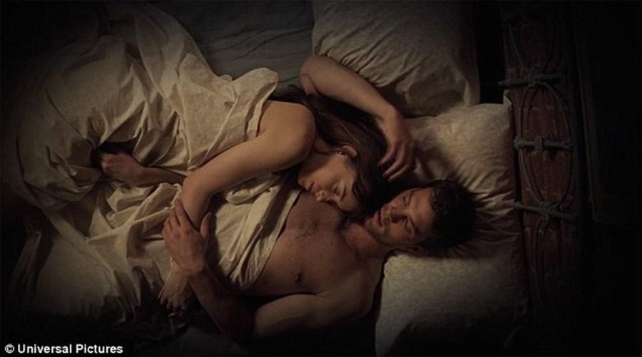 Nesta sequela, Dakota Johnson dá vida a uma Anastasia mais segura e mais ousada na sua relação com o amante, o dominador Christian Grey