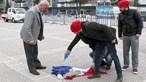 Turcos queimam por engano bandeira francesa em protesto contra a Holanda