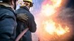 Cinco meios aéreos e mais de 110 operacionais combatem incêndio em Santa Maria da Feira
