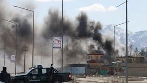 Duas explosões e tiroteios atingem a capital do Afeganistão