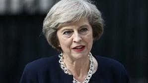 Theresa May vai pedir permissão a Rainha para formar governo