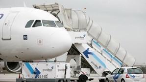 """Mulher abre a porta de avião para """"apanhar ar fresco"""""""