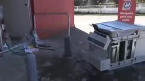 Grupo de assaltantes usa carrinha para assaltar multibanco