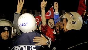 Turquia suspende relações diplomáticas com a Holanda