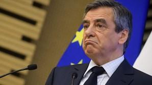 Fillon terá recebido fatos à medida de alfaiate de luxo no valor de 48.500 euros