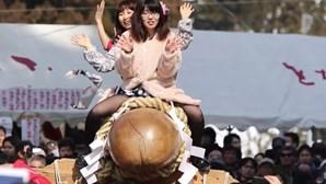 Mulheres desfilam em cima de pénis gigante no Japão