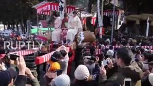 Mulheres desfilam em cima de pénis gigante em ritual japonês
