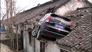 Carro despista-se para cima de telhado