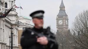 Polícia britânica investiga engenhos colocados no metro de Londres