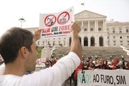 Manifestação em frente ao Parlamento, na quinta-feira, contra licença dada a consórcio petrolífero da Galp/Eni