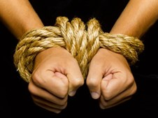 Homens são amarrados e vendados antes de serem violados