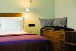 Os quartos cultivam um ambiente minimalista e acolhedor