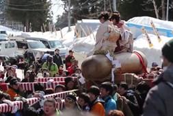 Mulheres desfilam em cima de pénis com sete metros em ritual de fertilidade japonês