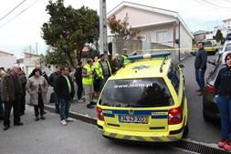 Populares concentraram-se durante várias horas junto ao local onde Adelino Briote executou as quatro vítimas. Médicos do INEM ainda tentaram o socorro