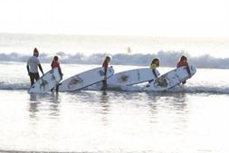 Uma aula de surf em pleno mês de dezembro, em Matosinhos