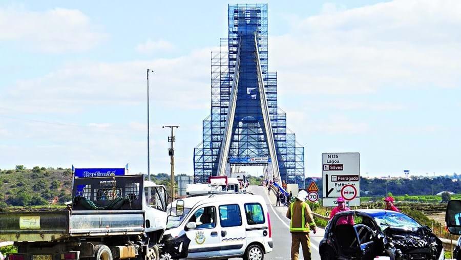 Acidente com dois ligeiros, um de passageiros e outro de mercadorias, e um pesado de mercadorias, na ponte do Arade