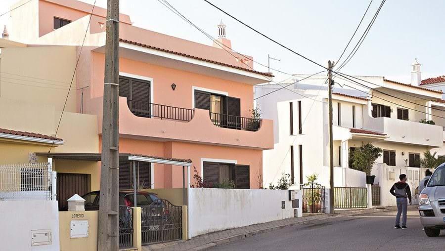 Assaltante tentava assaltar casa, na zona da Pedro Morinha, em Portimão, quando foi surpreendido pelo dono e caiu