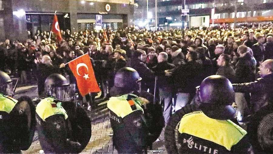 Polícia usou a força para travar protesto de imigrantes turcos em Roterdão