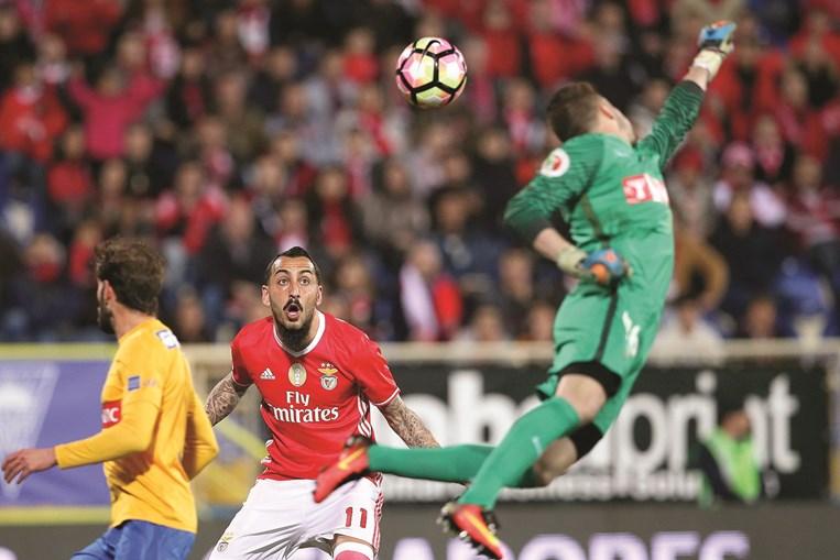 Mitroglou em mais um lance de ataque do Benfica. O avançado grego atravessa um grande momento de  forma e marcou mais dois golos