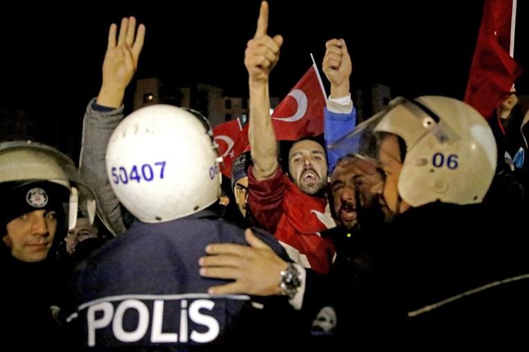 Em Ancara, na Turquia, houve protestos em frente à embaixada holandesa