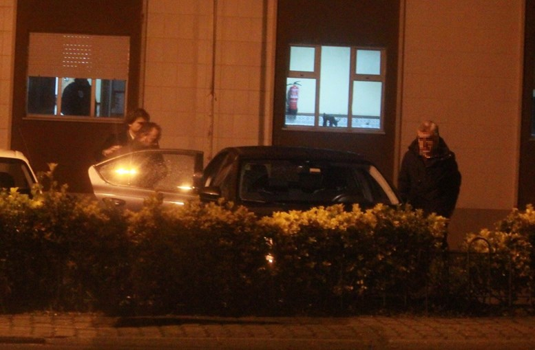 Homicida, José Costa, a ser colocado no carro da PJ