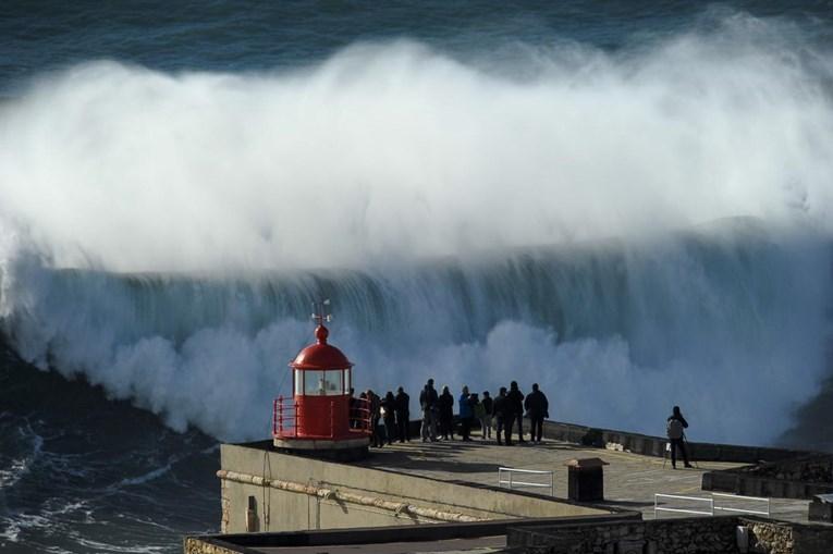 Chegam surfistas e turistas de todo o mundo para ver as vagas gigantes da Nazaré