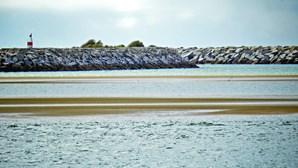Praia de Alvor reforçada com areia dragada da ria