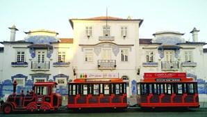 Comboio turístico tapa edifício emblemático