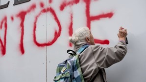Idosa detida por pintar graffiti