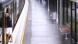 Avós desesperam ao ver neto cair na linha de comboio