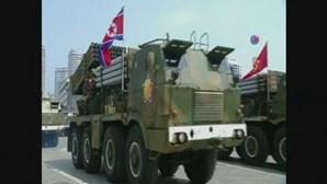 Coreia do Norte exibe poder militar em altura de tensão com os EUA