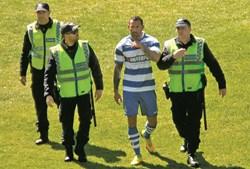 Marco Gonçalves abandona o jogo Rio Tinto-Canelas sob escolta policial, após agredir o árbitro