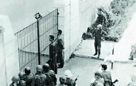 Os ficiais revoltosos  (Majores Casanova Ferreira, fardado, e Manuel Monge, à civil) parlamentam com o comandante das forças de cerco