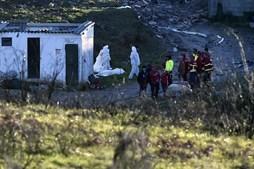 Inspetores da PJ tapam os corpos cadáveres das vítimas encontradas após a explosão