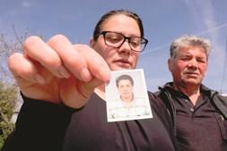 Liliana Cardoso e José Nunes, mulher e pai de Nuno Filipe (foto pequena), camionista que morreu depois de ter sido atacado por abelhas, em Moimenta da Beira