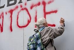 Idosa de 86 anos detida após pintar frase numa parede do Banco Nacional Suíço